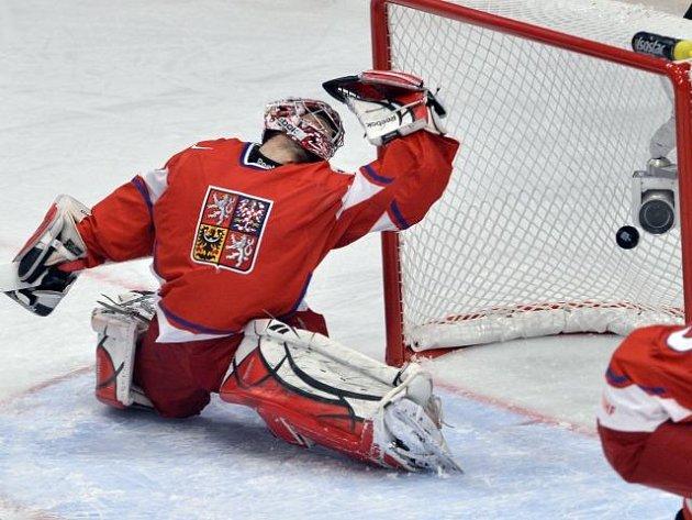 Brankář české hokejové reprezentace Jakub Kovář inkasuje.