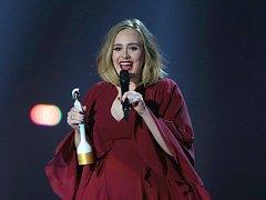 Sedmadvacetiletá zpěvačka Adele se stala královnou britské hudební scény, když při udílení hudebních cen Brit Awards získala hned čtyři trofeje.