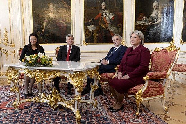 Prezident Makedonie Ďorge Ivanov (druhý zleva) zahájil návštěvu České republiky. Na Pražském hradě v doprovodu manželky Maji se setkal s českým prezidentem Milošem Zemanem a první dámou Ivanou Zemanovou.