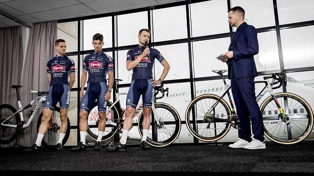Cyklisté (zleva) Alexander Krieger, Alexander Richardson a Scott Thwaites během prezentace týmu Alpecin-Fenix. Ilustrační snímek