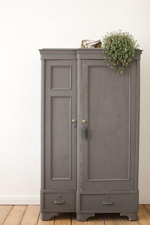 Pozor na plísně, každý kus nábytku odsuňte a zkontrolujte, jak jsou na tom stěny.