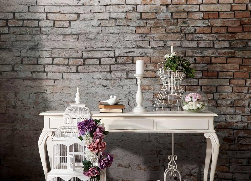 Světlý ošuntělý nábytek se stopami používání doplněný háčkovanou dečkou s květinovým vzorem - to je základ romantického stylu Shabby Chic.