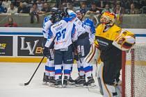 Slovenští hokejisté se radují z gólu v přípravném duelu proti Německu.