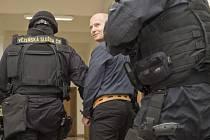 Krajský soud v Praze začal projednávat případ vraždy bosse tuzemského podsvětí Antonína Běly, která se stala v roce 1995 v Úvalech u Prahy. Na snímku přivádí policejní eskorta obžalovaného Pavla Šrytra do soudní síně.