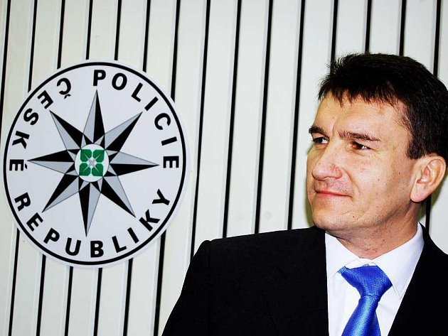 Ministr vnitra Radek John (VV) vyzval policejního prezidenta Oldřicha Martinů k rezignaci. Na tiskové konferenci John a další zástupci ministerstva vnitra hovořili o údajně neutěšené situaci v policii, co se týče personálních věcí i ekonomiky.