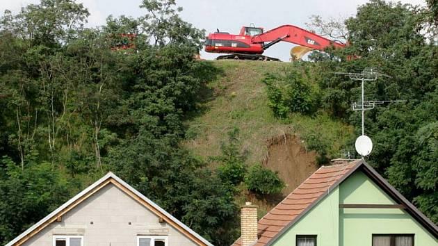 Zabezpečovací práce ve Strachotíně, kde došlo k částečnému sesuvu půdy ve Sklepní ulici.