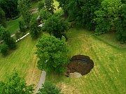 Prorážení tunelu způsobilo desetimetrový kráter