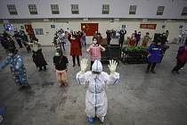 Pracovníci nemocnice ve Wu-chanu