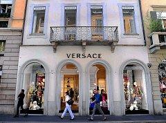 Vlajkový obchod módního domu Versace v Miláně.