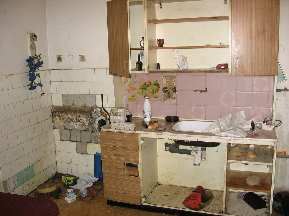 """Pavlačový """"dům hrůzy"""" v centru Vsetína zbourali na podzim 2006. Romské rodiny přestěhovali na Poschlou na okraj města."""