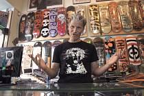 """Skupina Wohnout představila nový videoklip na písničku """"Nářadí na dobrou náladu"""" z poslední desky Laskonky a kremrole. Celý se odehrává na skateboardu, na kterém půlka kapely vyrostla."""