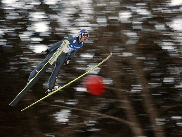Gregor Schlierenzauer z Rakouska si letí pro sobotní vítězství v Kulmu.