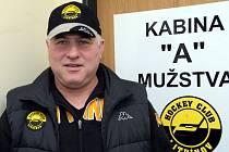 Trenér litvínovských hokejistů Jaroslav Hübl před kabinou prvního mužstva.