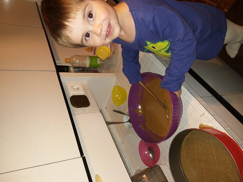 Perník: 2 hrnky hl. mouky, 1 hrnek cukru, 1 hrnek mléka, 1/2 hrnku oleje, 1 vejce, 1 kypřící prášek do perníku, 1 vanil. cukr, 2 lžíce kakaa. Dle chuti přidáme nasekané ořechy. Na perník: čokoládová poleva, kokos, marmeláda. Suroviny smícháme dohromady.