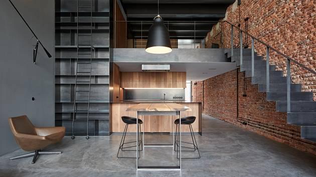V loftu, který upravovali CMC architects v pražských Holešovicích, nemá betonová podlaha dilatace a je ponechána přirozenému popraskání.