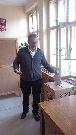 Krátce po půl třetí volil vNové Peci lídr SPOZ pro Jihočeský kraj Miloš Kužvart.