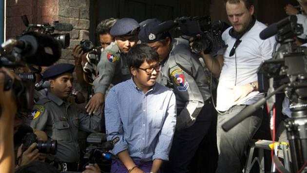 Barmský novinář pracující pro agenturu Reuters Wa Lone (uprostřed) u soudu v Rangúnu.