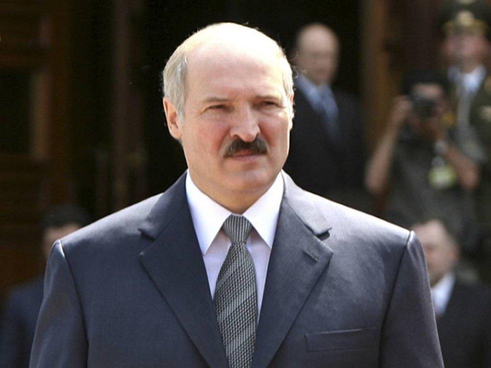 Běloruský prezident Alexandr Lukašenko vytkl českému prezidentovi Václavu Klausovi hrubiánství. Reagoval tak na Klausovo prohlášení, že pokud na květnový summit EU a Východního partnerství přijede do Česka Lukašenko, Klaus mu nepodá ruku a nepřijme ho na