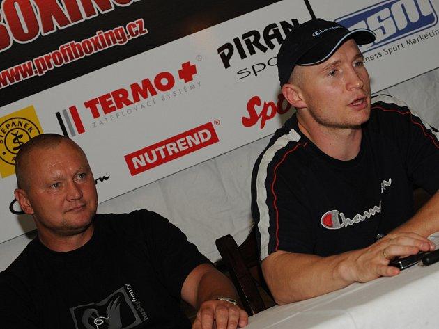 Český boxer Lukáš Konečný (vpravo) se svým otcem Milanem Konečným