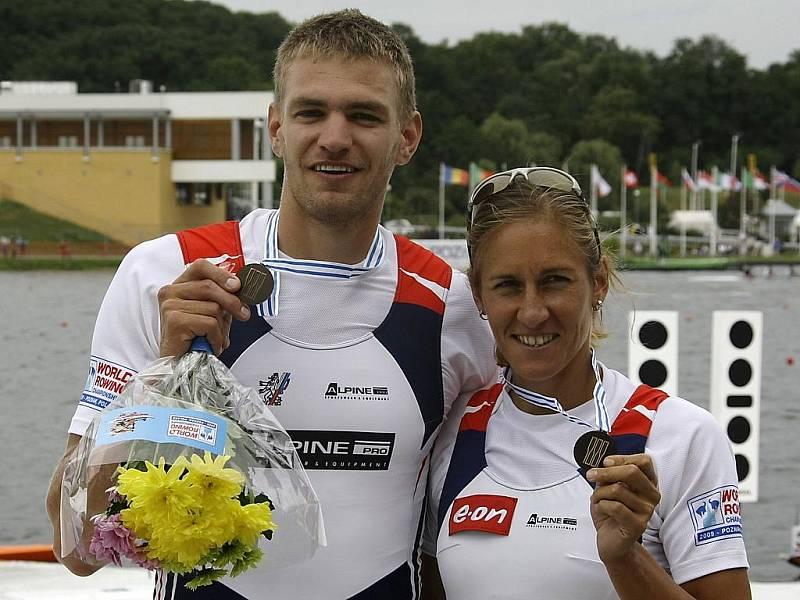 Skifaři Ondřej Synek a Miroslava Knapková ze svými bronzy z MS v Polsku.