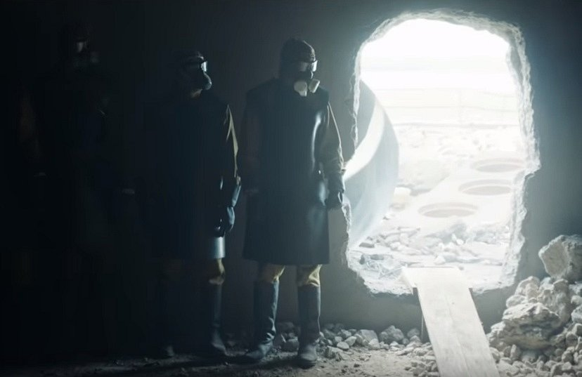 Seriál HBO Černobyl. Tým vojáků se snaží odklidit ze střechy elektrárny zbytky grafitu.