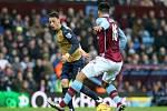 Mesut Özil z Arsenalu (vlevo) proti Aston Ville.