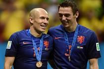 Fotbalisté Nizozemska bez medaile neodjedou. Arjen Robben (vlevo) a Stefan de Vrij se radují z bronzu na mistrovství světa.