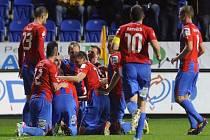 Fotbalisté Plzně se radují z gólu proti Příbrami.