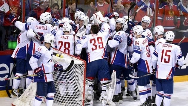 Hokejisté Francie se radují ze senzačního vítězství nad obhájci titulu z Ruska.