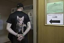 Muž před volební místností v Moskvě