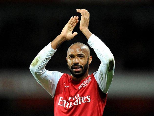 Thierry Henry se raduje z gólu za Arsenal.