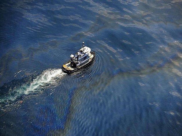 BP žaluje o 40 miliard dolarů majitele ropné plošiny: Britský energetický koncern BP podal kvůli loňské katastrofě v Mexickém zálivu žalobu na americkou společnost Transocean a další firmy.