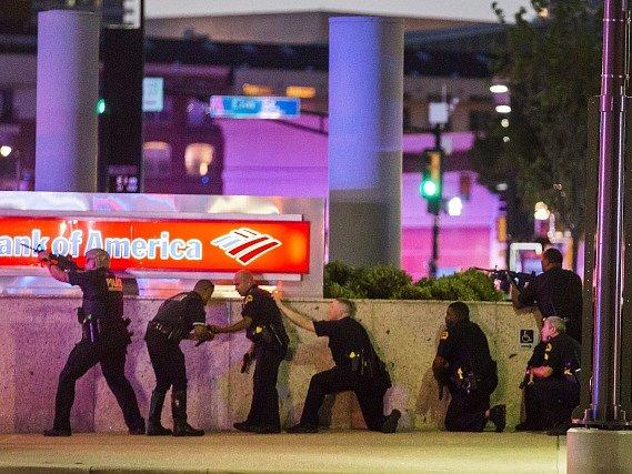 Bilance útoku je pět mrtvých policistů a několik raněných, z toho dva civilisté.
