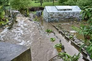 Intenzivní deště zvedly 17. července 2021 hladiny potoků a řek na Děčínsku, na snímku je zaplavená zahrádka v Děčíně