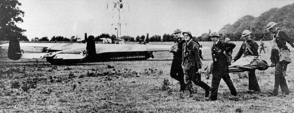 Britští vojáci míjejí německý bombardér Dornier