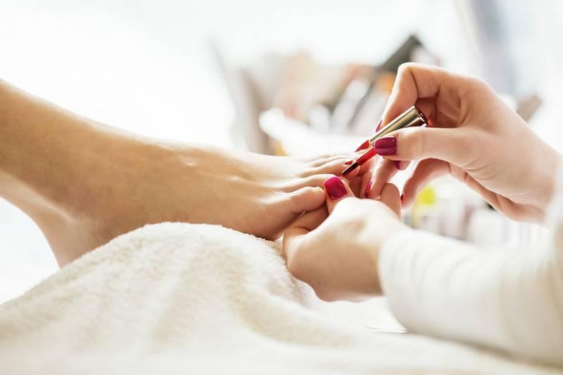 Nehty na nohou je nutné správně zastřihovat, jinak si přivodíte bolestivé problémy