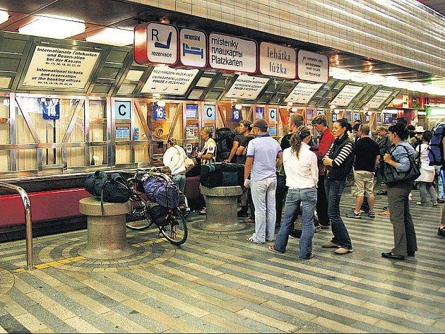 Cestující čekají na vydání lístku v Praze na hlavním nádraží.