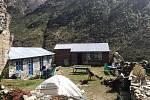 Takto vypadá malá chata s dvěma pokoji pro turisty, kterou náš spojenec Pasang (26) se svými sourozenci postavil v loňském roce, rok po zemětřesení. Mají v plánu obnovit své živobytí a znovu vybudovat horskou chatu v krásné a bezpečné části údolí Langtang