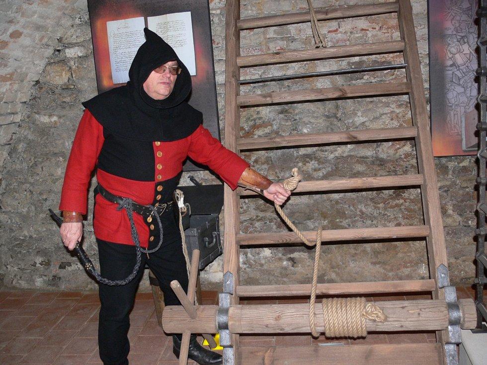 Expozice čarodějnických procesů ve sklepení Geschaderova domu v Šumperku.