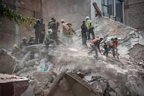 Záchranáři prohledávají v Mexiku trosky budov po zemětřesení.
