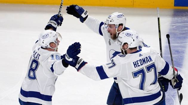 Ondřej Palát (vlevo) slaví s Janem Ruttou a Victorem Hedmanem gól do sítě Montrealu.