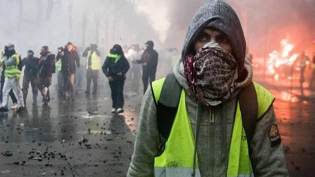 Žluté vesty demonstrovaly v Paříži již třetí týden v řadě. Protesty se zvrhly v násilí.