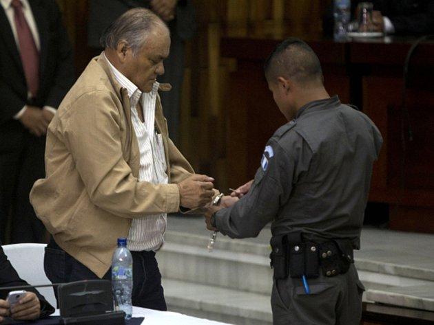 Na devadesát let do vězení poslal v pondělí soud v Guatemale bývalého policejního velitele za smrt 37 lidí během zásahu proti poklidnému protestu v roce 1980.