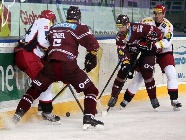 Hokejisté Sparty (v rudém) proti Hradci Králové.