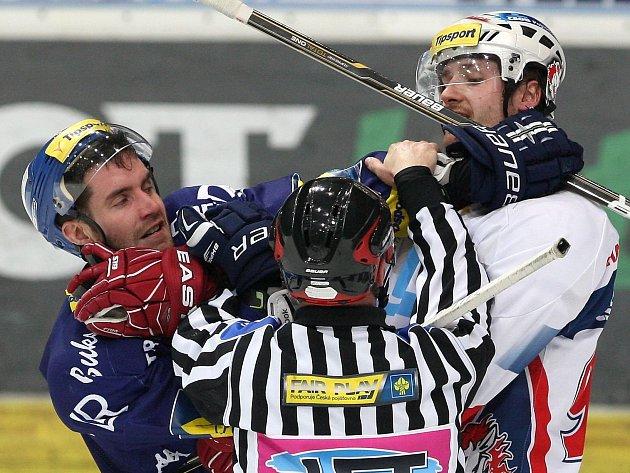 Hokejisté Pardubic vyhráli ve čtvrtém čtvrtfinále na ledě Vítkovic.