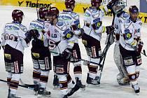 Hokejisté Sparty se radují z výhry proti Budějovicím.