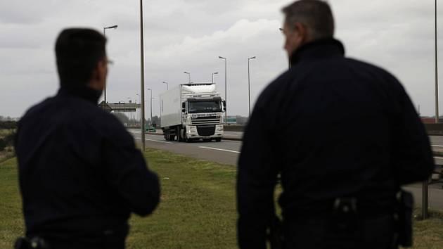 Syrský uprchlík čeká ve francouzském Calais na svou šanci dostat se do Británie v kamionu už několik měsíců. Podnikl 18 pokusů a při tom posledním se málem udusil v nákladu tekuté teplé čokolády.