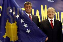 Když v únoru kosovský premiér Hashim Thaći (vlevo na archivním snímku) a prezident Fatmir Sejdiu představovali novou vlajku své země, byli optimističtí. Minulý týden sice začala platit kosovská ústava, nový stát ale uznává jen 42 zemí.
