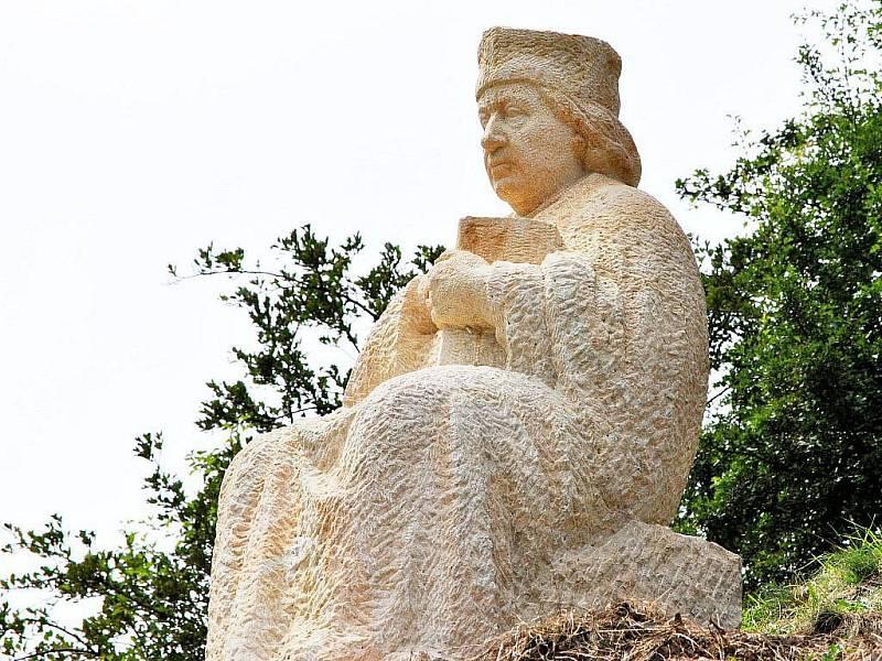 Na hradě Krakovci na Rakovnicku odhalili sochu Mistra Jana Husa, od jehož upálení ve středu 6. července 2011 uplynulo 596 let. Kazatel v podání sochaře Milana Váchy je zachycen vsedě, nemá ani typickou bradku a je spíše obtloustlý.