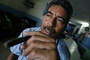 Muž kouřící doutník v hospodě v Havaně